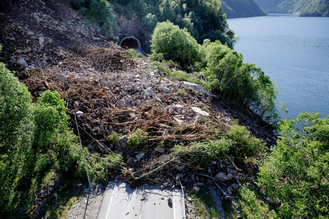 The landslide near the road tunnel Hyvingtunnelen. The fjord Bolstadfjorden is seen to the right.