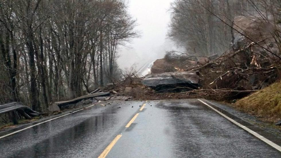 Large blocks fell down onto the road between Utne and Grimo.