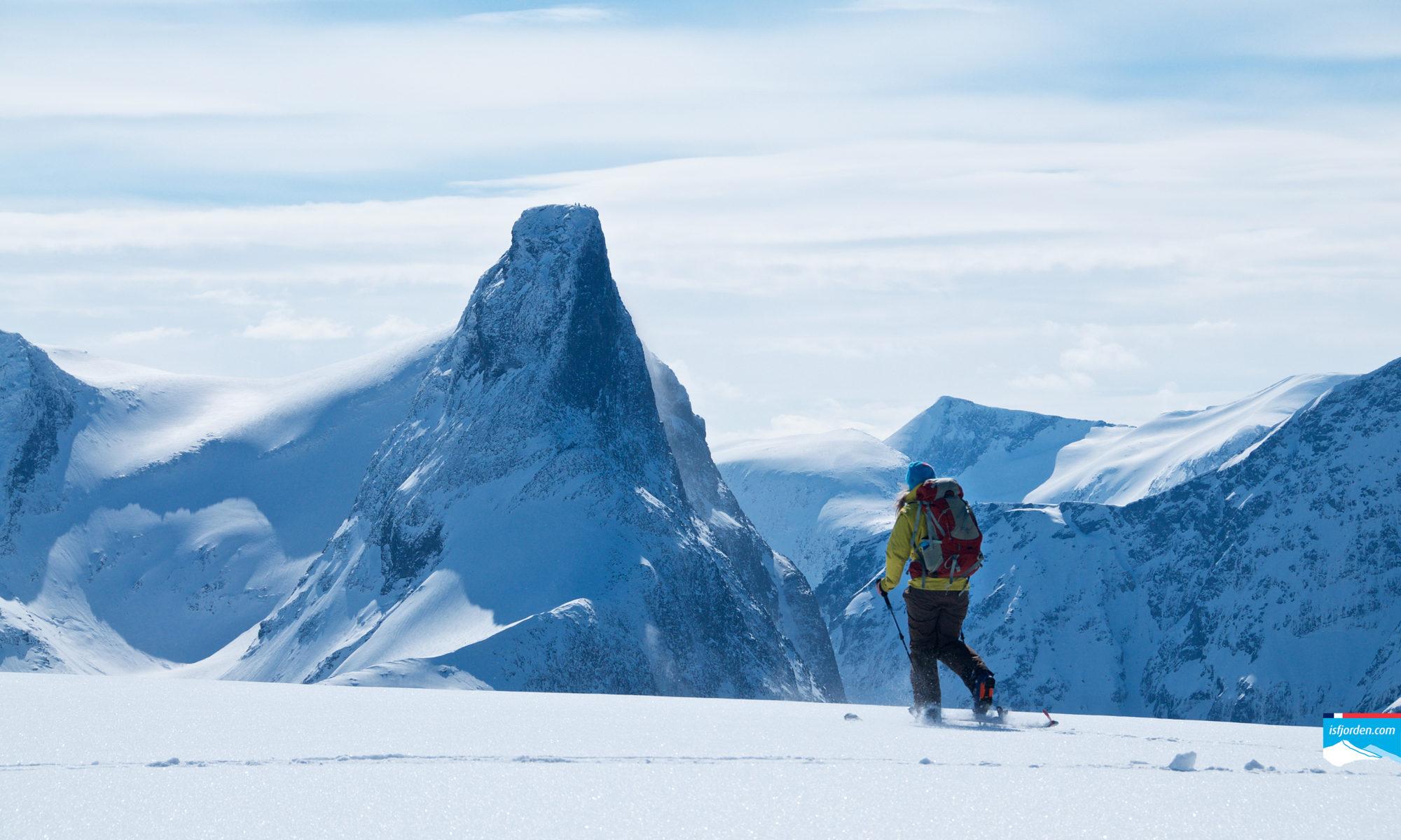 Skiing on Romsdalseggen towards Blånebba. Romsdalshorn in the background.