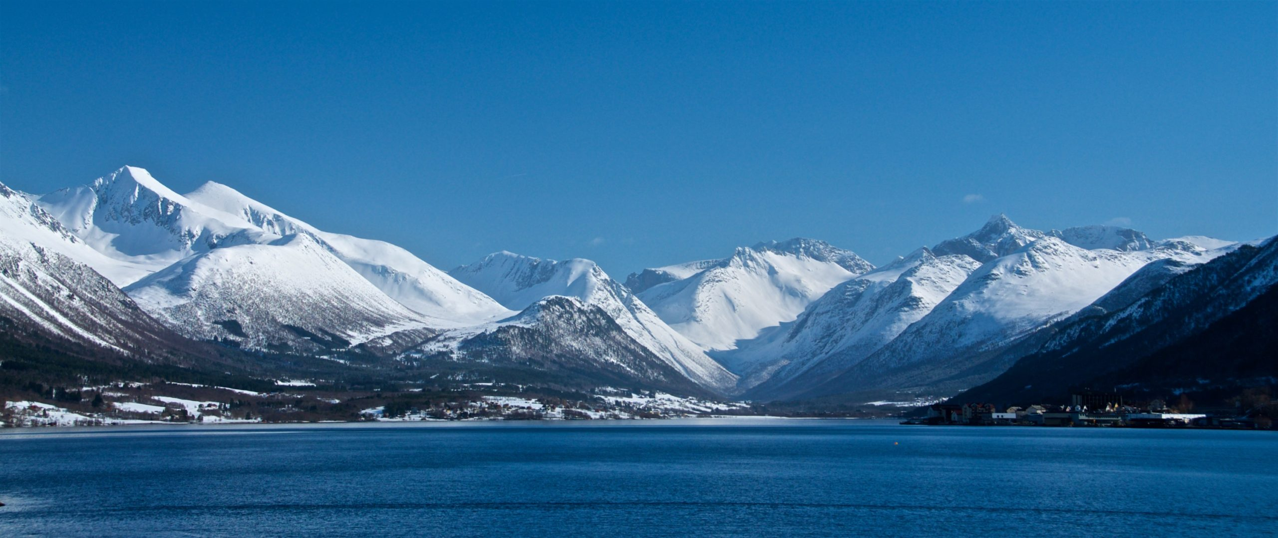 FJORDS NORGE - Isfjorden sett fra Åndalsnes. Kirketaket til venstre.