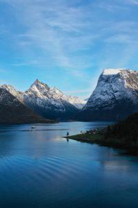 FJORDS NORGE - Hjørundfjorden med Slogen i bakgrunnen.
