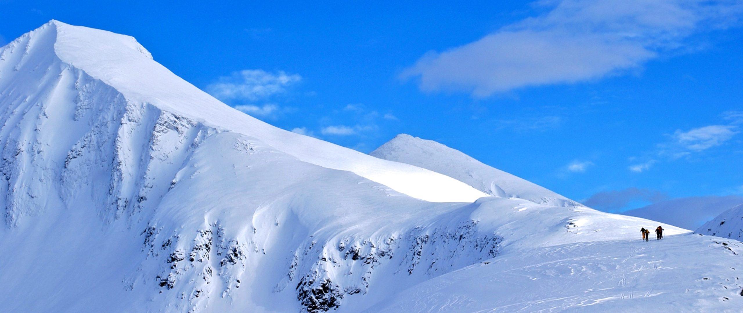 Skiing towards Kirketaket (1439 masl). View from Steinbergen (900 masl).