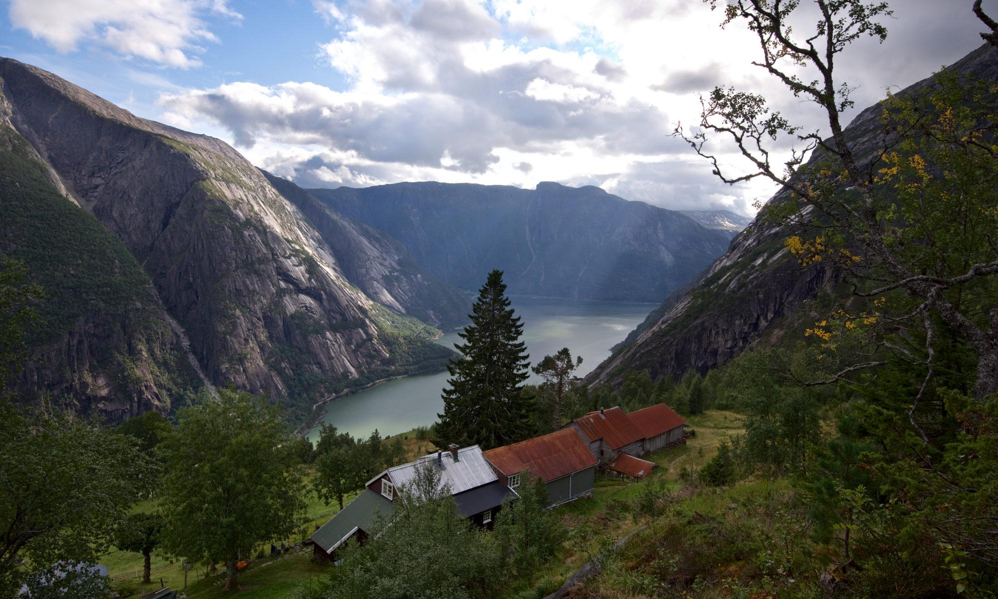 FJORDS NORGE - Hardangerfjorden og Eidfjord sett fra fjellgården Kjeåsen.