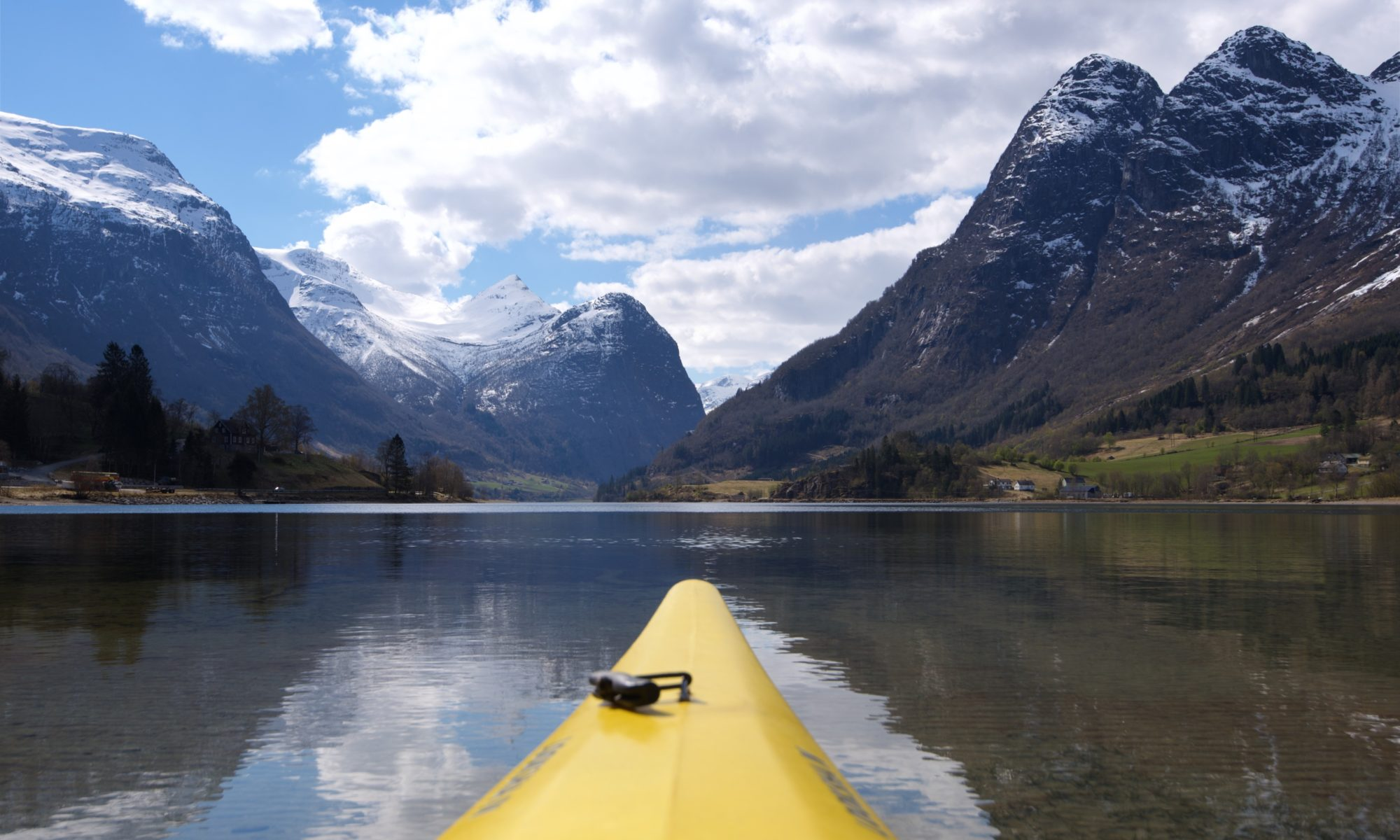 FJORDS NORGE - Kajakk på Oldevatnet i Olden, Nordfjord.