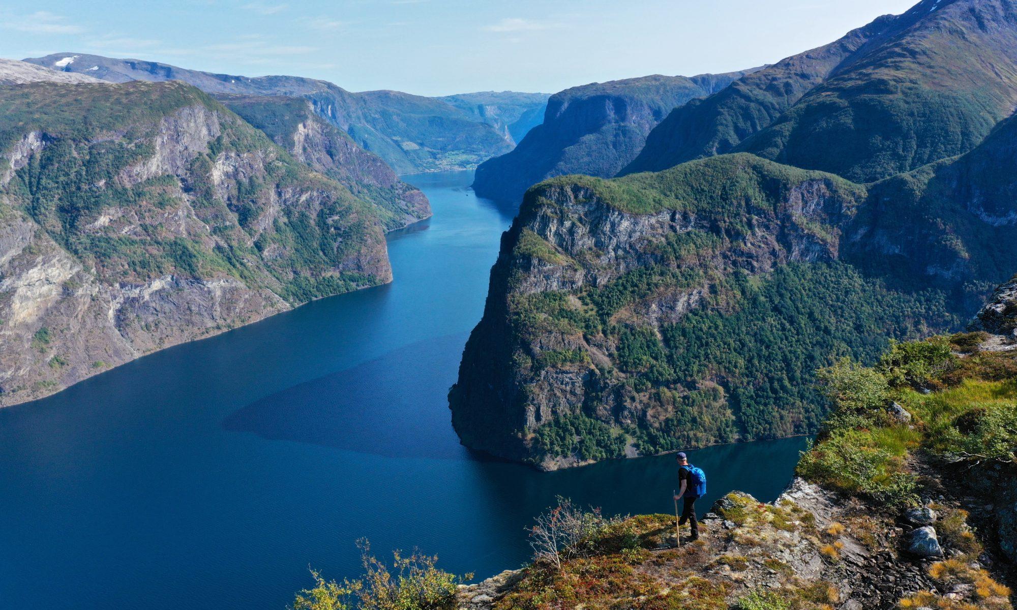 FJORDS NORGE - Skomakarnipa i Fresvik. Utsikt mot Aurlandsfjorden og Nærøyfjorden.