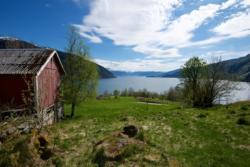 Menes between Vetlefjorden and Fjærlandsfjorden