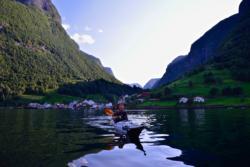 Kajakk på Aurlandsfjorden, Undredal i bakgrunnen