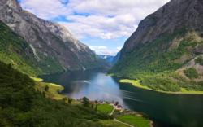 Fra stien til Rimstigen, utsikt over Bakka og Nærøyfjorden