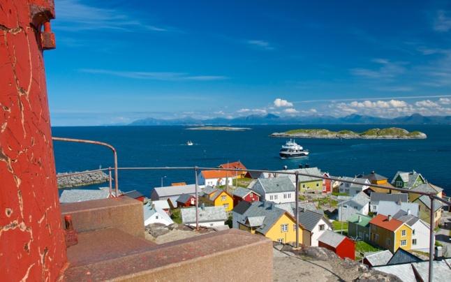 Ona Island and Ona Lighthouse, Atlantic Coast. Photo: www.fjords.com