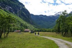Hike to Grøvdalsbakken  and Lake Bakkevatnet in Isfjorden