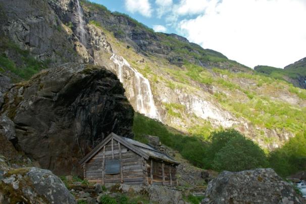 The farm Almen in the Aurlandsdalen Valley. View towards Sinjarheim. Photo: www.fjords.com