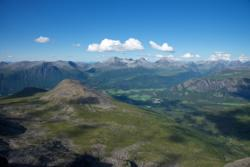 Here you can see Isfjorden and the surrounding mountains. Vengedalssetra Mountain Pasture down to the right is the starting point of the Romsdalseggen Hike.